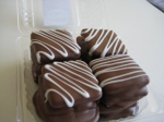 Caja de alfajores de chocolate rellenos de dulce de leche