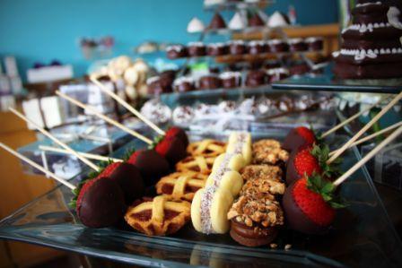 Fresas con chocolate, alfajores y mini pastafrolas